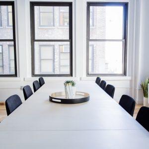 Ramen kantoor vergadertafel